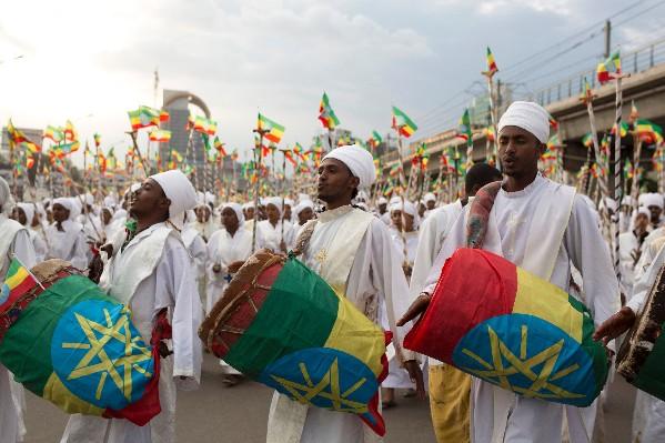 Etíopes tocan tambores en la Plaza de Meskel durante lafiesta religiosa.(AFP).
