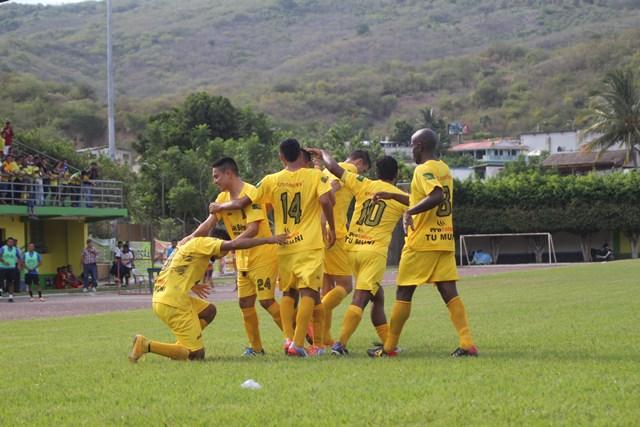 Guastatoya celebra una de las anotaciones que lo tienen en el liderato del torneo Apertura. (Foto Prensa Libre: Hugo Oliva).