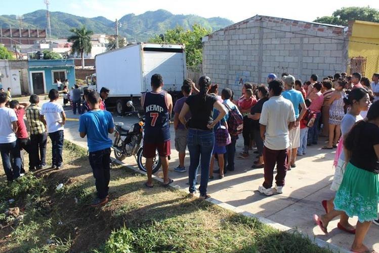 Vecinos de la cabecera de Jutiapa se reúnen donde fue localizado el cadáver lapidado de un hombre. (Foto Prensa Libre: Óscar González)
