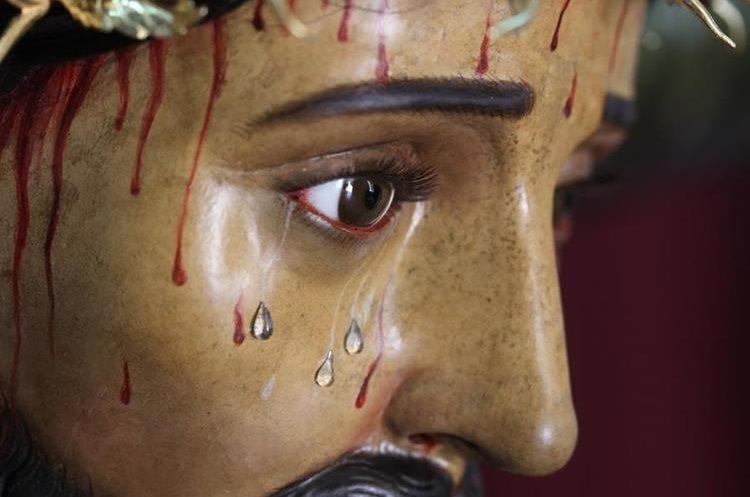 En el rostro del Señor fueron quitadas siete lagrimas del juego que traía y fueron intercambiadas por otras piezas, sólo una se quedó en el rostro de Jesús.