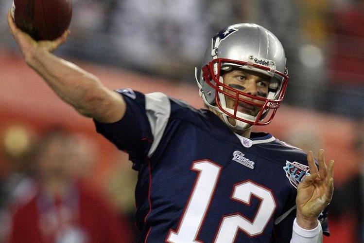 Tom Brady deberá cumplir la suspensión de cuatro partidos que le impuso la liga de fútbol americano en relación con el uso de balones desinflados. (Foto Prensa Libre: AFP)
