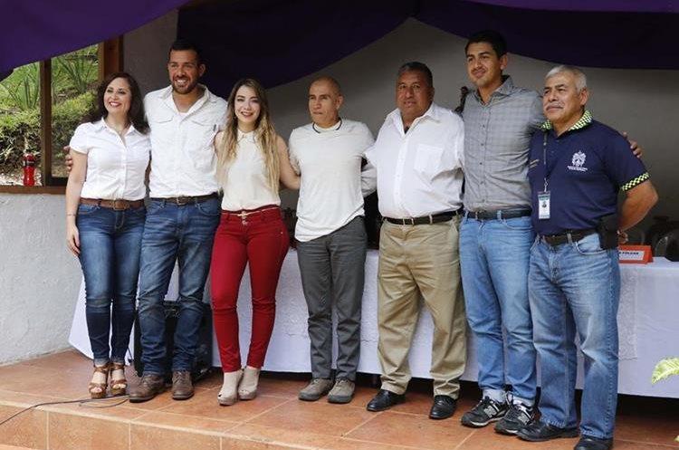 Organizadores del Medio Maratón de Cobán de este año posan en la fotografía oficial durante la presentación este viernes. (Foto Prensa Libre: Eduardo Sam)