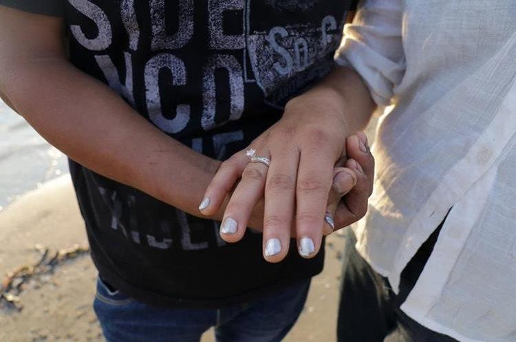 Yolanda Flores muestra el anillo que le entregó su novio, Héctor Suruy, en Livingston, Izabal. (Foto Prensa Libre: Dony Stewart)