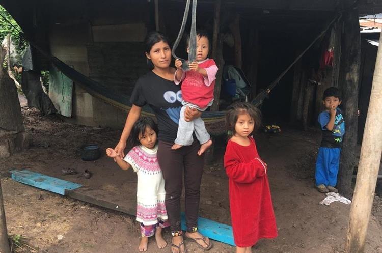 La familia Ramírez Sánchez vive a orillas del río Chantiago. (Foto Prensa Libre: Mario Morales)