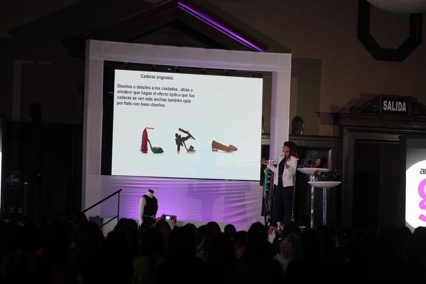 Sánchez explica la combinación correcta del calzado. (Foto Prensa Libre. Ángel Elías)