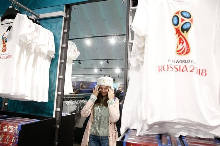 En las cercanías de la zona de Fanes, hay tiendas oficiales del Mundial de Rusia 2018. (Foto Prensa Libre: AFP)