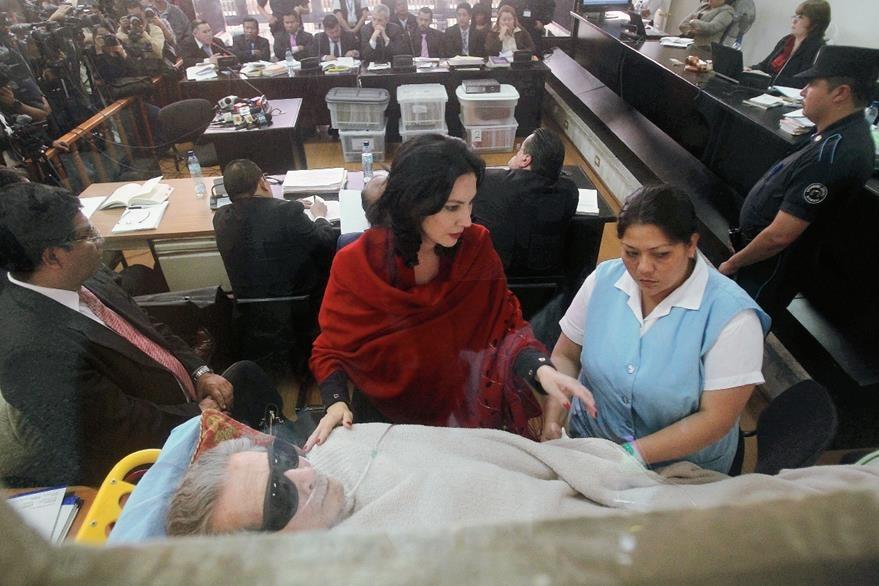 Ríos Montt acude a la repetición del juicio en su contra el 5 de enero de 2015, en una camilla. (Foto Prensa Libre: Hemeroteca)