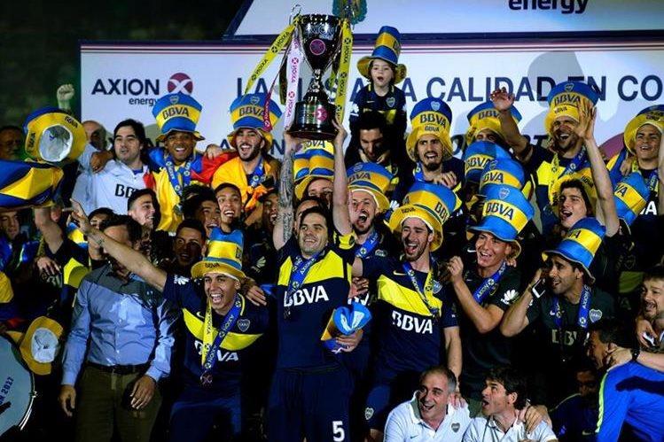 Los jugadores de Boca Juniors festejan con la copa de campeones en el estadio La Bombonera. (Foto Prensa Libre: AFP).