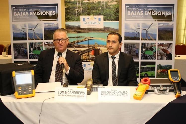 Ministro de Energía y Minas, Luis Chang recibe equipo por parte de Tom MacAndrew de USAID. (Foto Prensa Libre: Cortesía)