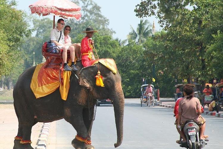 <em>Los turistas disfrutan de paseos en Tailandia.</em>