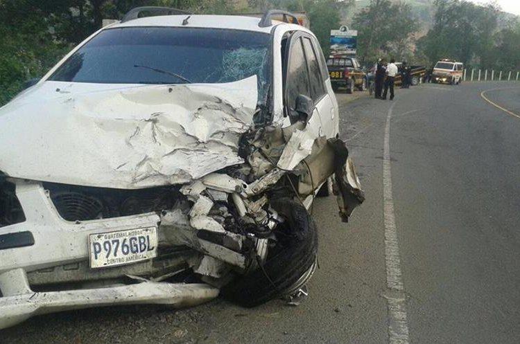 Vehículo particular en el que dos ocupantes resultaron heridas en choque, en la ruta a las Verapaces. (Foto Prensa Libre: Eduardo Sam Chun)