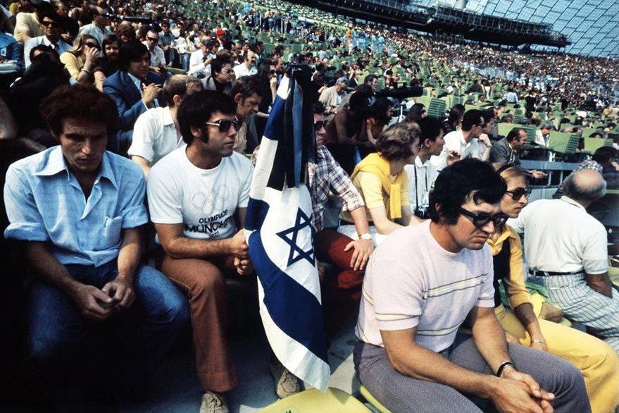 Ciudadanos israelíes participan en la ceremonia de homenaje a las víctimas fallecidas en el atentado del 5 de septiembre de 1972 en el marco de los Juegos Olímpicos de Munich. (Foto: AFP)