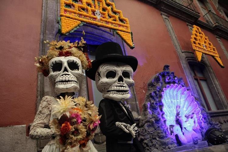 Personas caracterizadas de la muerte posan en Ciudad de México que prepara festividades del Día de Muertos. (Foto Prensa Libre: EFE).