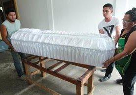 Los ataúdes que guardan los cuerpos de 32 menores fueron elaborados con seda blanca. (Foto Prensa Libre: Estuardo Paredes)