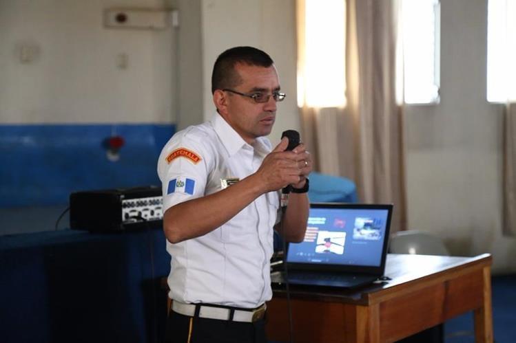 El bombero Ciro Camey durante una capacitación que impartió este mismo jueves en el Hospital Regional de Occidente. (Foto Prensa Libre: HRO).