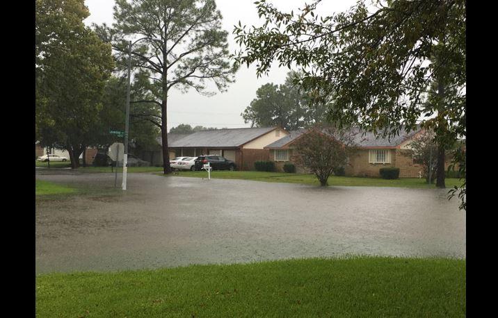 Guatemaltecos en Houston se han visto limitados para trabajar, por las graves inundaciones. (Foto Prensa Libre: Cortesía)