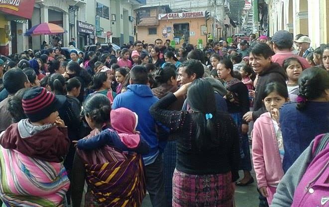 Protesta se llevó a cabo frente a la Municipalidad de Momostenango. (Foto Prensa Libre: Édgar Domínguez).