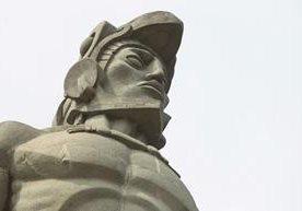 Solitario luce el monumento al Héroe Nacional