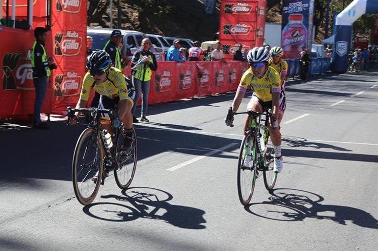 Las corredoras participaron en su primer evento en la tradicional carrera que dio inicio a la temporada en la ciudad capital. (Foto Prensa Libre: Cortesía Federación Nacional de Ciclismo)
