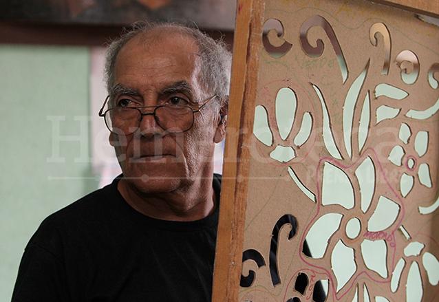 Don Luis Alberto Montiel heredó la tradición de realizar la alfombra al paso de Jesús de la merced.