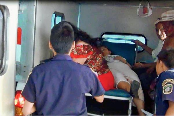 Los socorristas  trasladaron a los heridos al Hospital Regional de Coatepeque, en Quetzaltenango, ya que presentaban golpes de consideración. (Foto Prensa Libre: Cortesía)