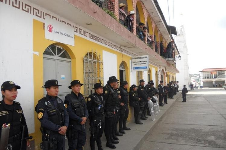 Agentes de la PNC frente al edificio municipal de Quiché. Foto Prensa Libre: Héctor Cordero.