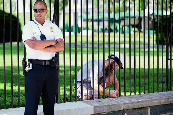 Agentes del servicio secreto refuerzan la verja que rodea al edificio presidencial de Estados Unidos para evitar la entrada de intrusos. (Foto Prensa Libre:AP).