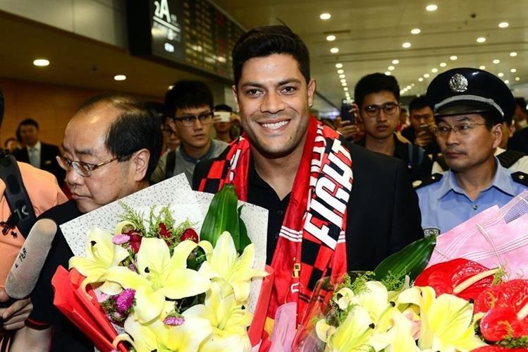 El brasileño Hulk sonríe en el aeropuerto de Shangai a donde llegó para vincularse con el Shanghai SIPG de China. (Foto Prensa Libre: AP)