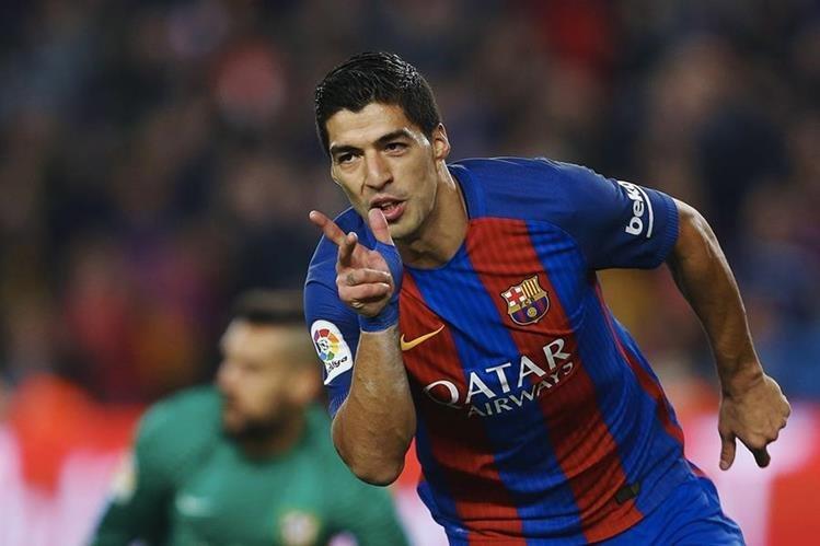 Luis Suárez recibió una segunda tarjeta amarilla durante la semifinal de la Copa del Rey contra el Atlético de Madrid. (Foto Prensa Libre: EFE).