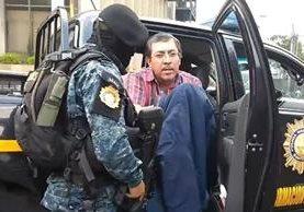 El presunto narco, Elmer Abraham Ochoa Hernández, fue trasladado vía aérea a la capital y llevado a la Torre de Tribunales. (Foto Prensa Libre: cortesía PNC)