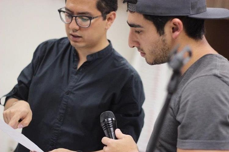 El maestro Antonio Monterroso indica algunos lineamientos al vocalista Andy Barrios. (Foto Prensa Libre: José Dávila)