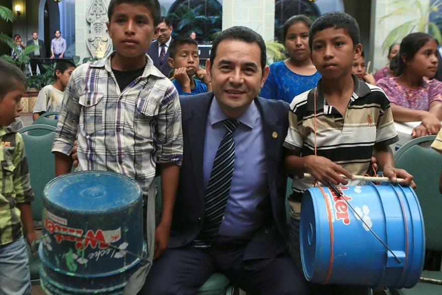 Presidente Jimmy Morales recibe a niños de la aldea Sejol en el Palacio Nacional de la Cultura, en la capital. (Foto Prensa Libre: AGN)
