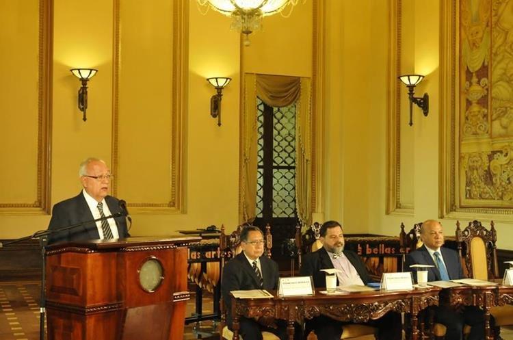 Miguel Ángel Asturias hijo habló sobre la trayectoria de su padre y las actividades conmemorativas en los 50 años de la entrega el Premio Nobel de Literatura. (Foto Prensa Libre: Brenda Martínez)