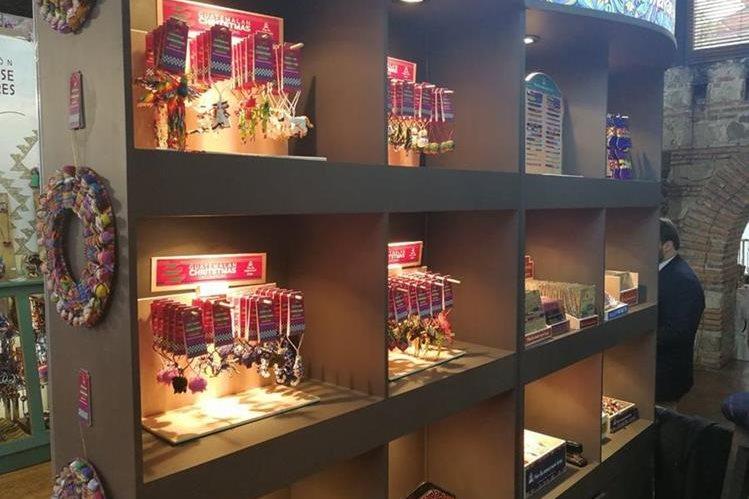 Entre los productos que encontrarán los visitantes se encuentran, trajes de baño, joyas, artículos de vestuario, cristalería, decoración para el hogar, artículos de hierro, zapatos elaborados con materiales reciclados, fibras naturales, textiles, artículos de barro, cuero, vidrio. (Foto Prensa Libre: Rosa María Bolaños)