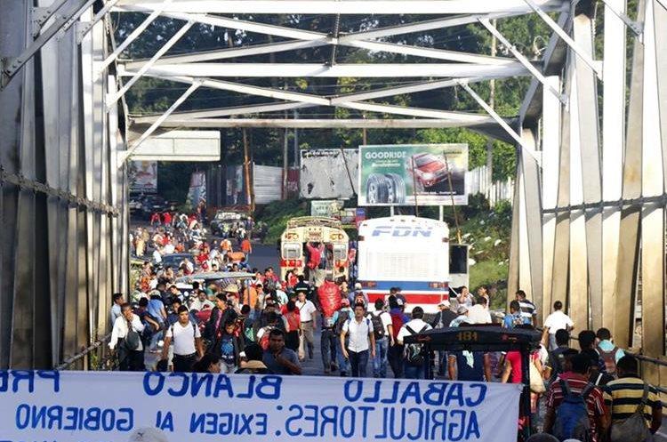 Bloqueo en el km 178 de la ruta a Suroccidente, El Zarco, Santa Cruz Muluá, Retalhuleu, afecta a automovilistas y usuarios de autobuses. (Foto Prensa Libre: La Red)