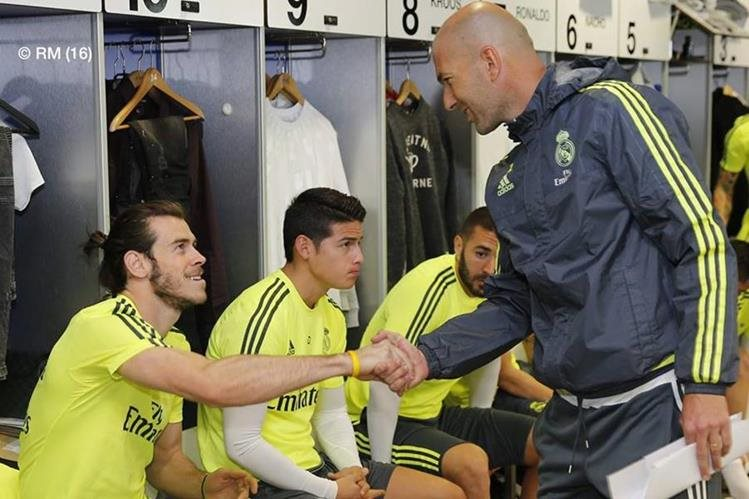El técnico del Madrid, Zinedine Zidane,saluda a Bale, durante su presentación al club. (Foto Real Madrid)