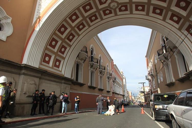 Hombre murió en un ataque armado en la 12 calle y 7ma avenida, zona 1 capitalina. (Foto Prensa Libre: Esbin García)