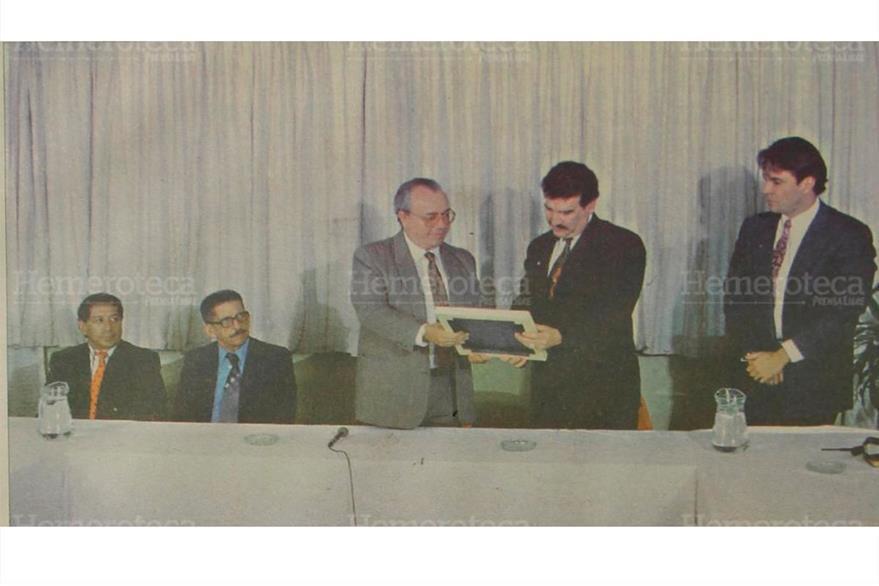 El director de Prensa Libre, Mario Antonio Sandoval Samayoa, entrega el premio a Ramiro de León carpio  electo personaje del año 1993. (Foto: Hemeroteca PL)