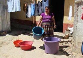 Vecina muestra la escasez de agua que les afecta en la zona 2 de Totonicapán. (Foto Prensa Libre: Édgar Domínguez).