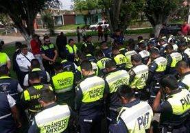 Alcalde Neto Bran se reúne con agentes de tránsito en la colonia Primero de Julio. (Foto Prensa Libre: Muni de Mixco).