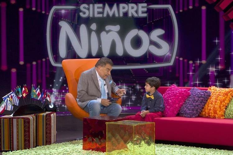En el programa Siempre niños, Don Francisco interactúa con pequeños personajes. (Foto Prensa Libre: Cortesía Telemundo)