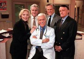 Barbara Bain, Patrick Macnee, Dick Van Dyke, Robert Culp y Robert Vaughn, durante una entrevista en 1997. (Foto Prensa Libre: AP)