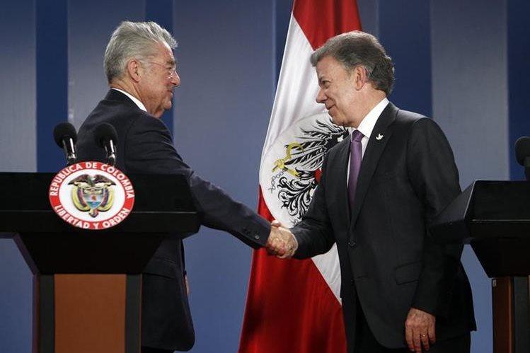 El presidente de Austria, Heinz Fischer, estrecha la mano de su homólogo de Colombia, Juan Manuel Santos. (Foto Prensa Libre: EFE)