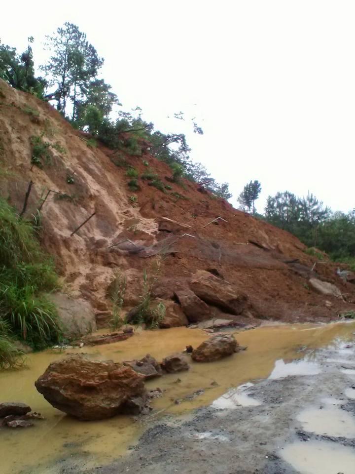 Un derrumbe bloquea la carretera entre Chicamán, Quiché, y San Cristóbal Verapaz, Alta Verapaz. (Foto Prensa Libre: Héctor Cordero)