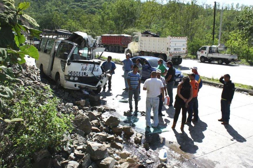 Microbús quedó destruido a causa de la accidente en San Antonio La Paz. (Foto Prensa Libre: Héctor Contreras).