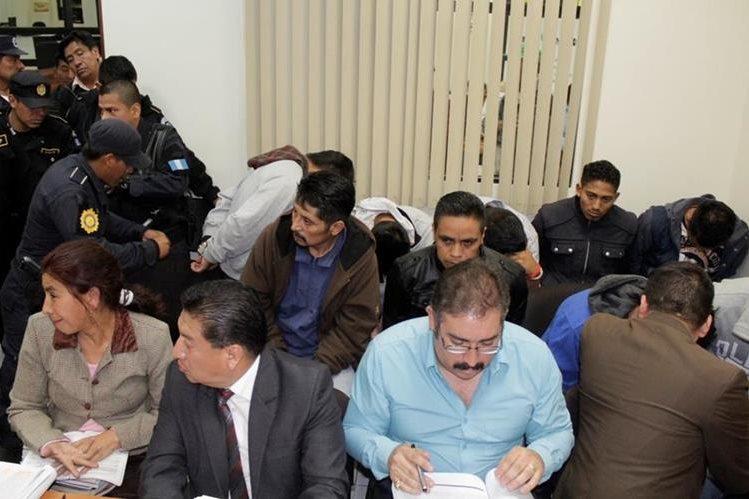 Presuntos integrantes de los Juanquis en el Juzgado de Primera Instancia Penal de Quetzaltenango. (Foto Prensa Libre: María Longo)