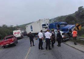 Víctimas de accidente de tránsito, ocurrido en el km 63 de la ruta al Atlántico, viajaban en un picop. (Foto Prensa Libre: Hugo Oliva)