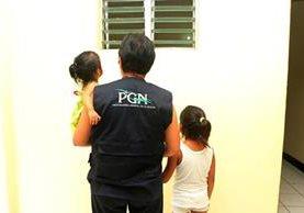Niñas de 2 y 7 años fueron rescatadas en una cantina de Retalhuleu por personal de la Procuraduría General de la Nación y entregadas a familiares. (Foto Prensa Libre: Rolando Miranda)