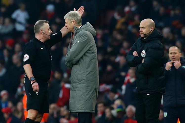 Arsene Wenger discutió con el segundo asistente durante el juego. (Foto Prensa Libre: AFP)