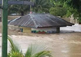 Una gasolinera, en el ingreso a Ixcán, Quiché, está inundada por el desborde del río Chixoy. (Foto Prensa Libre: Héctor Cordero)